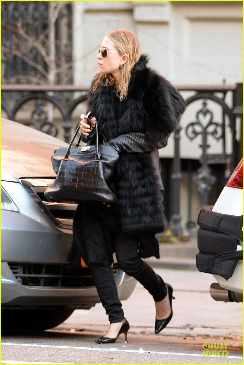 mary kate olsen sports ring on left ring finger 033011533
