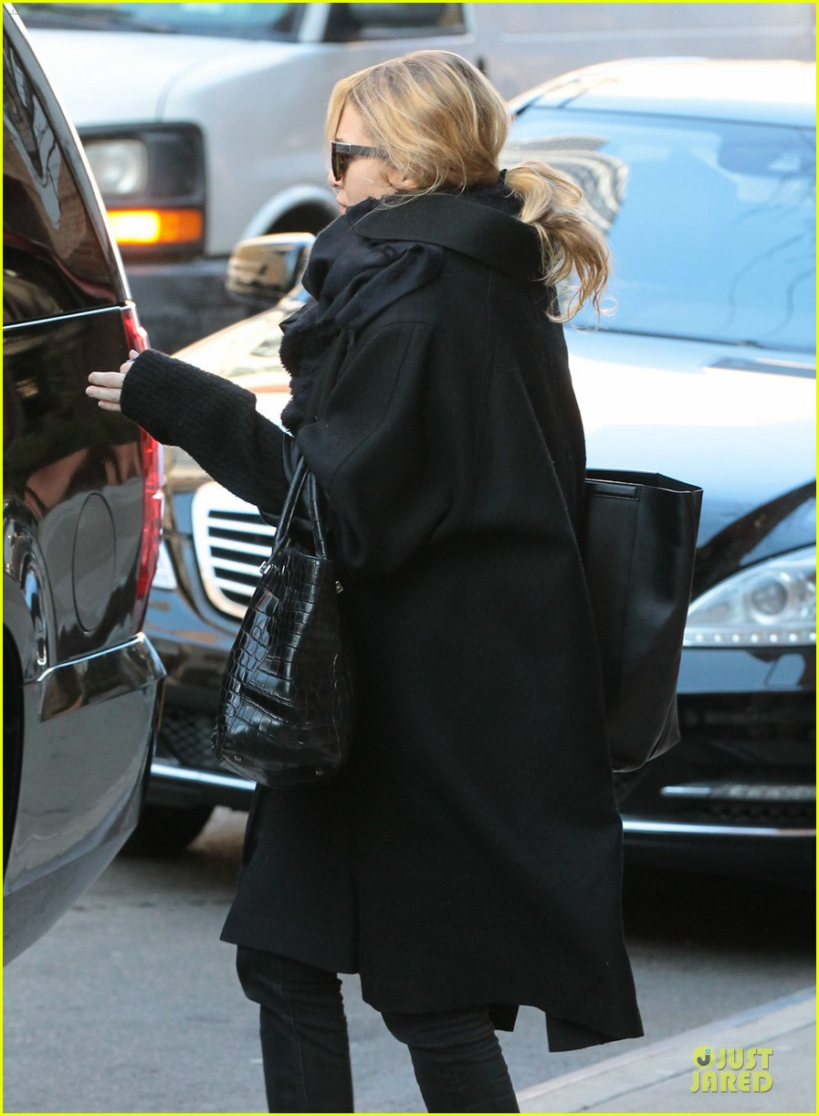 mary kate olsen sports ring on left ring finger 083011538