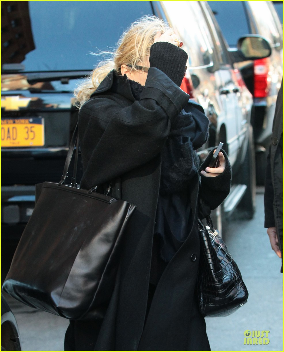 mary kate olsen sports ring on left ring finger 103011540