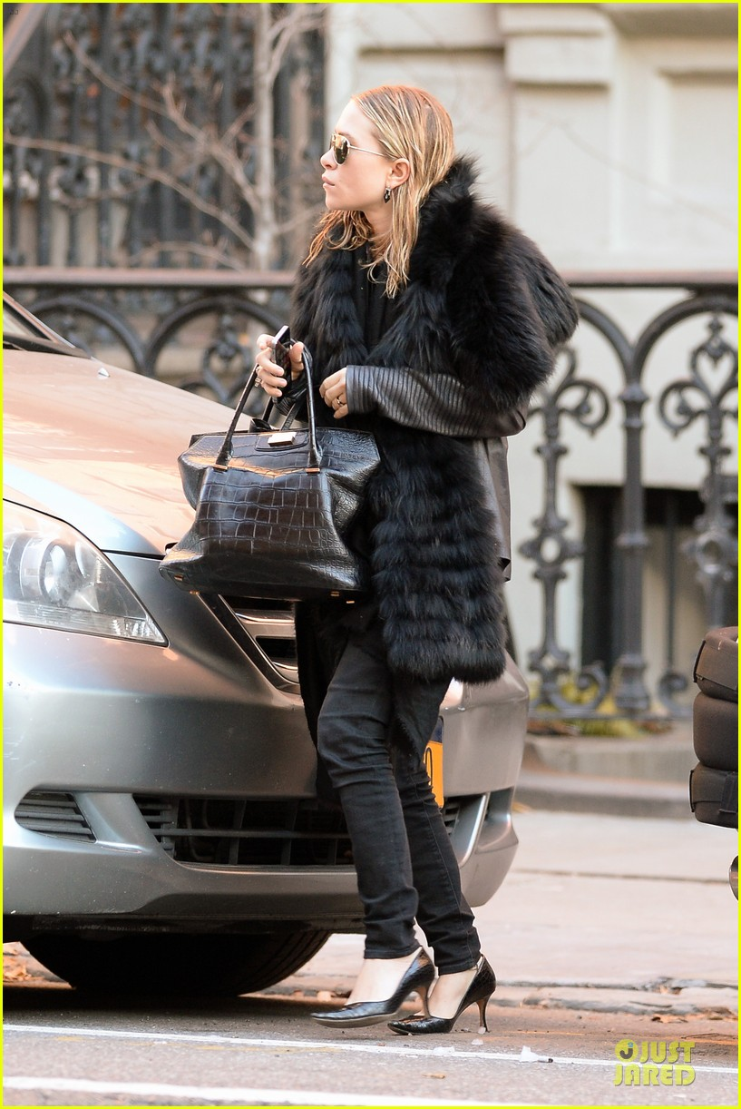 mary kate olsen sports ring on left ring finger 183011548