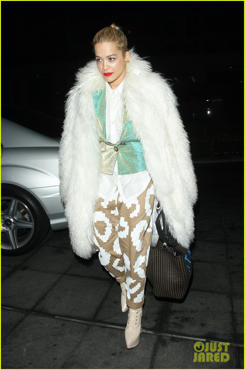 rita ora enjoys dinner out while home in london 083010697