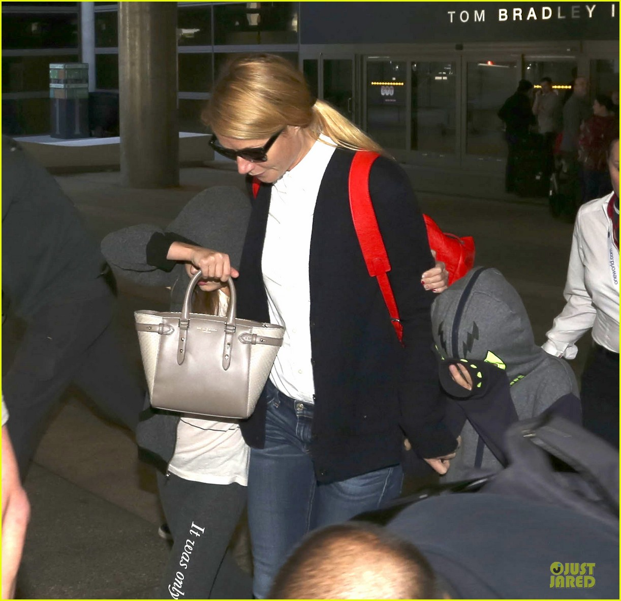 gwyneth paltrow chris martin lax arrival after christmas 023018669