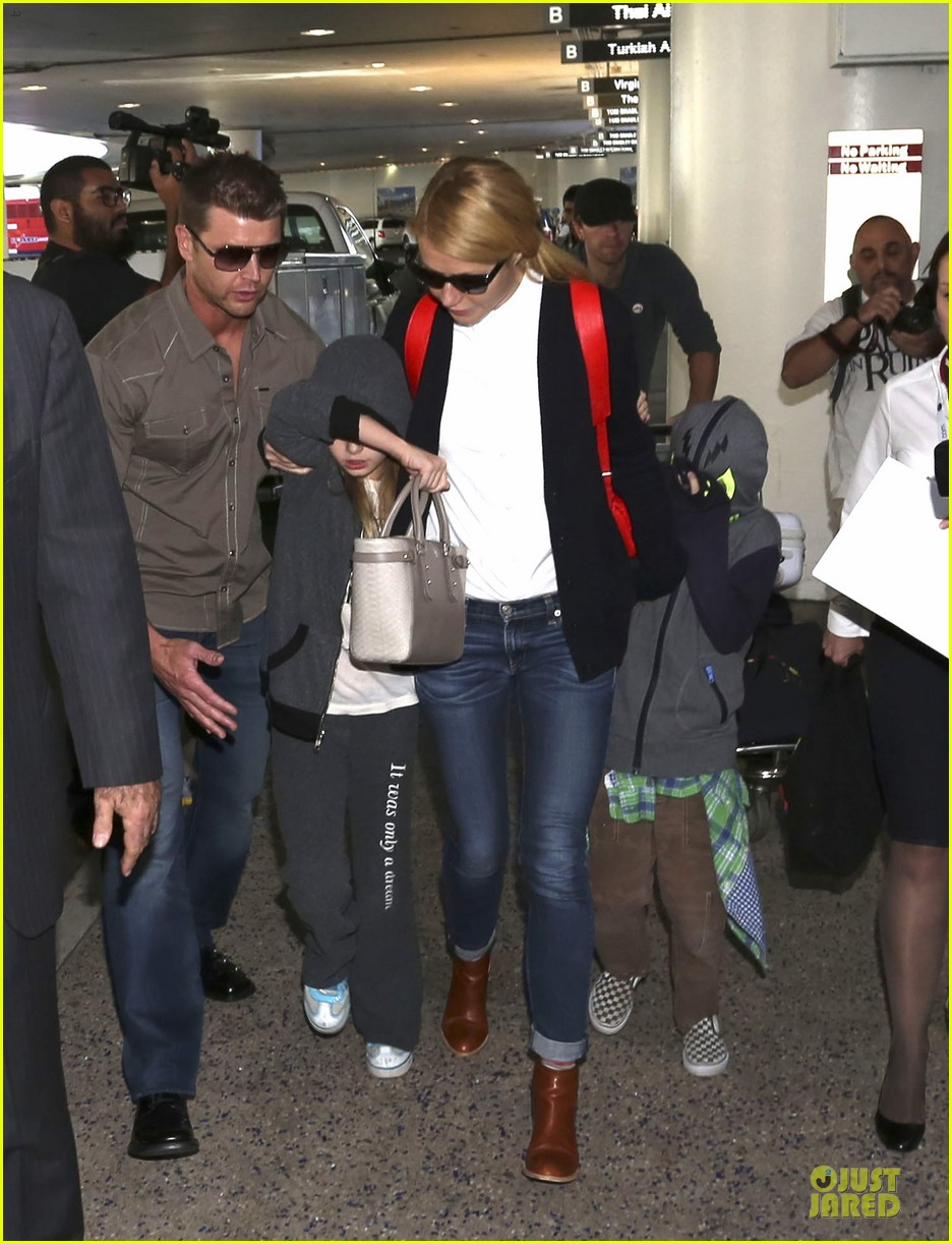 gwyneth paltrow chris martin lax arrival after christmas 033018670