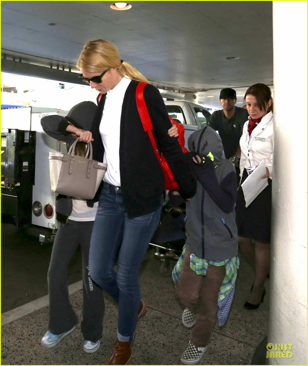gwyneth paltrow chris martin lax arrival after christmas 043018671