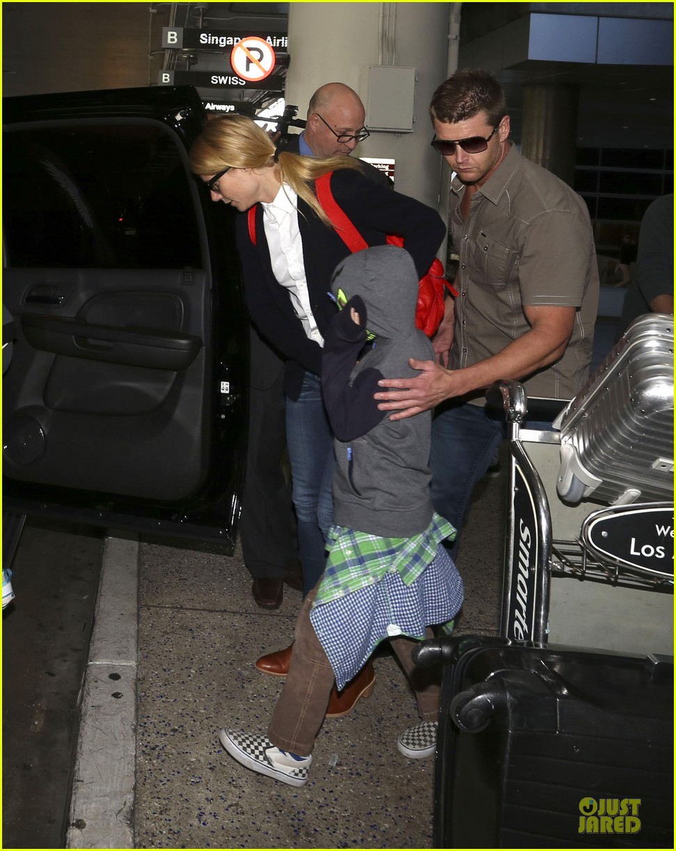 gwyneth paltrow chris martin lax arrival after christmas 053018672