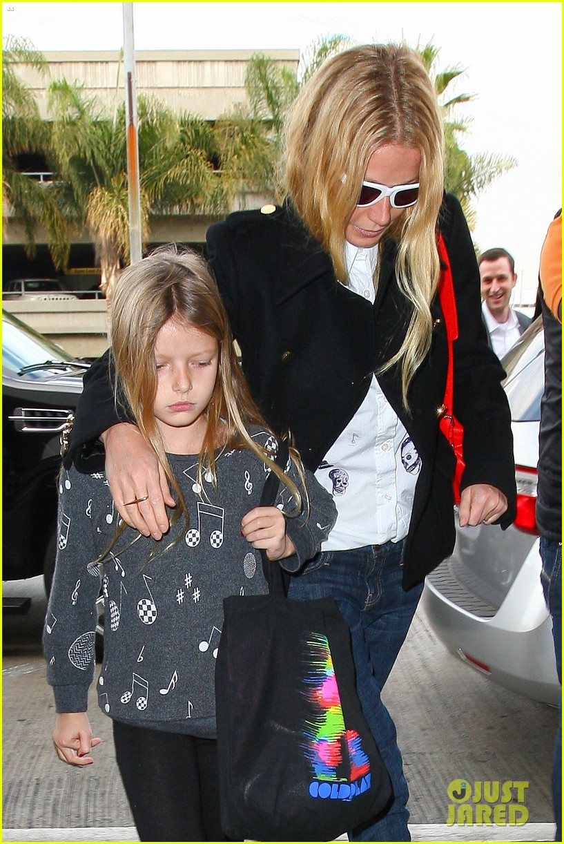 gwyneth paltrow rushes into lax airport with daughter apple 06