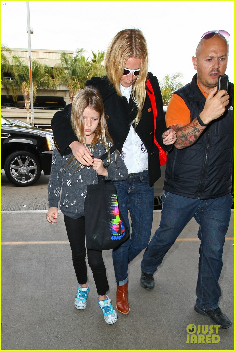 gwyneth paltrow rushes into lax airport with daughter apple 103014469