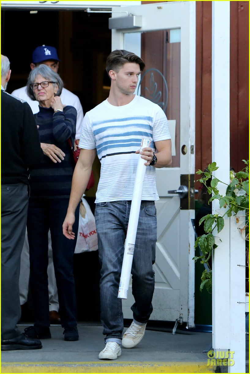 patrick schwarzenegger holiday shopping with taylor burns 013004045