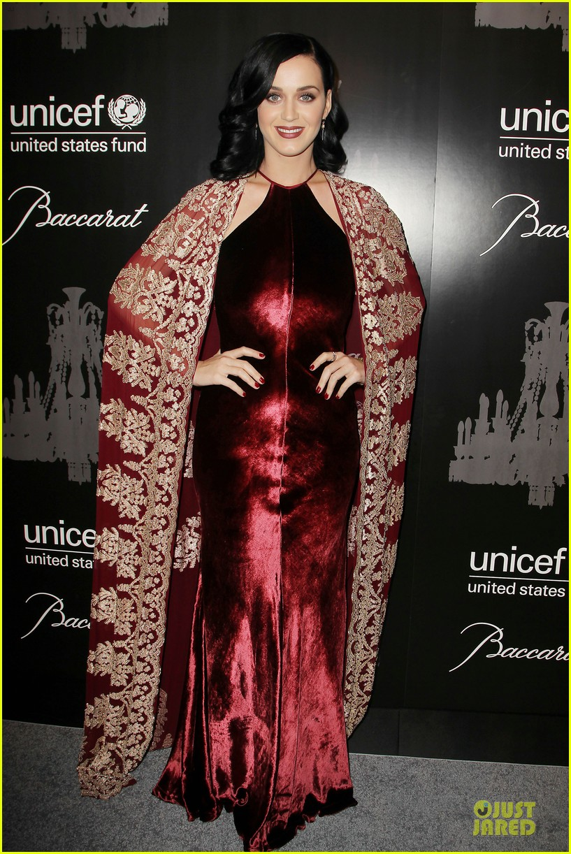 katy perry christina ricci unicef snowflake ball 2013 073004497