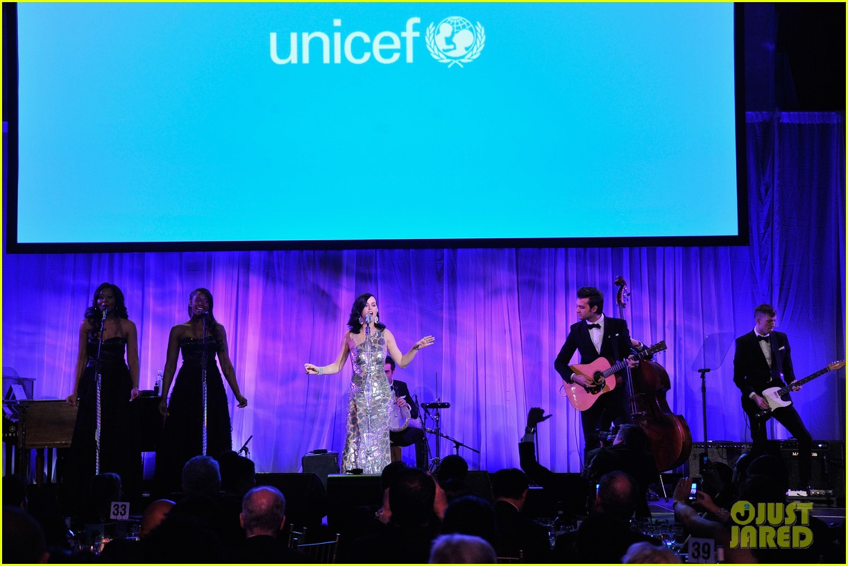 katy perry unicef snowflake ball 2013 performer 023004889