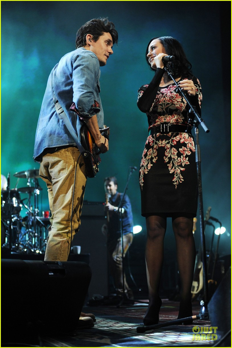 katy perry surprise performer at john mayer brooklyn concert 01