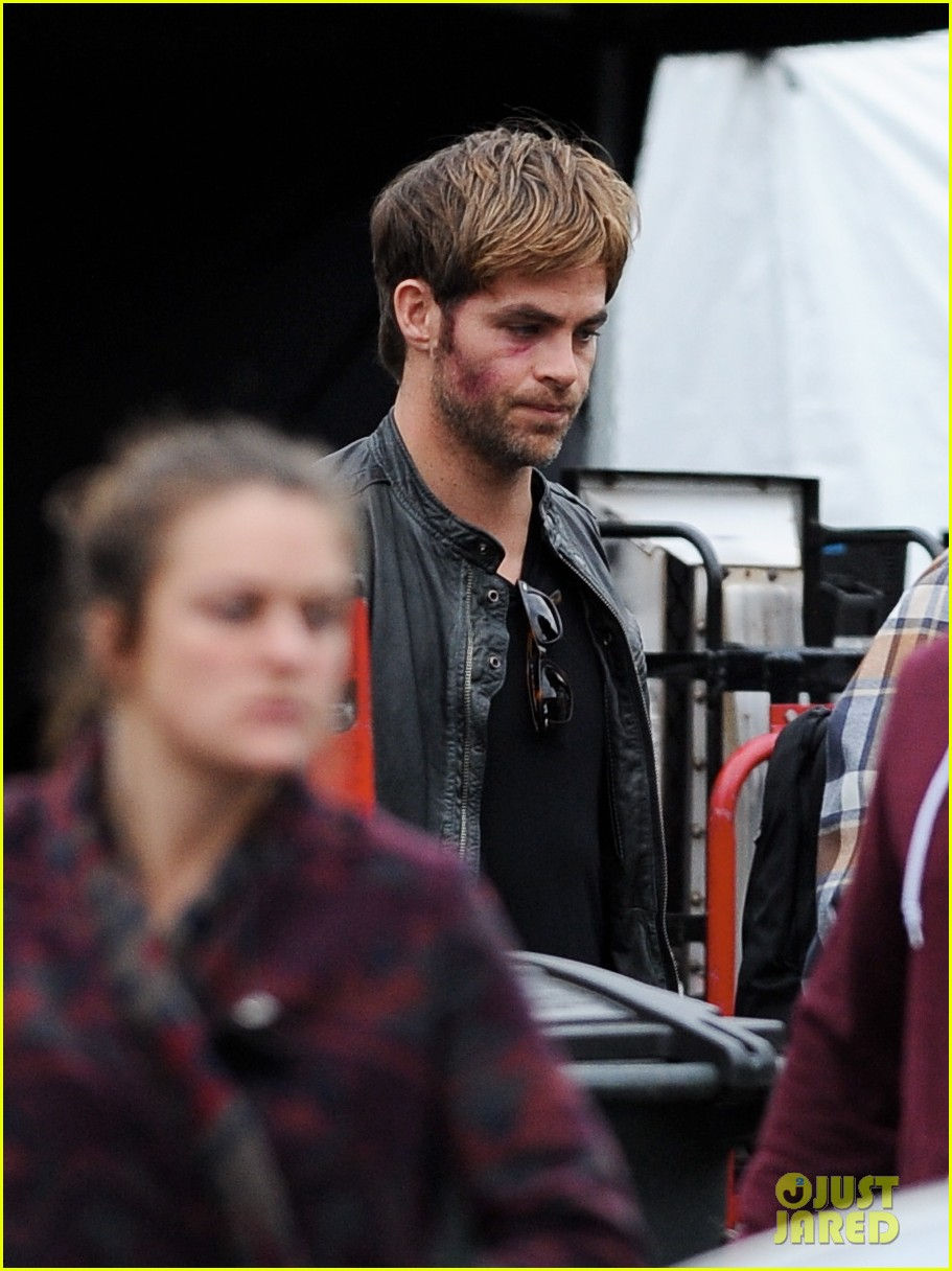 chris pine sports bruised bloodied face for horrible bosses 2 043004902