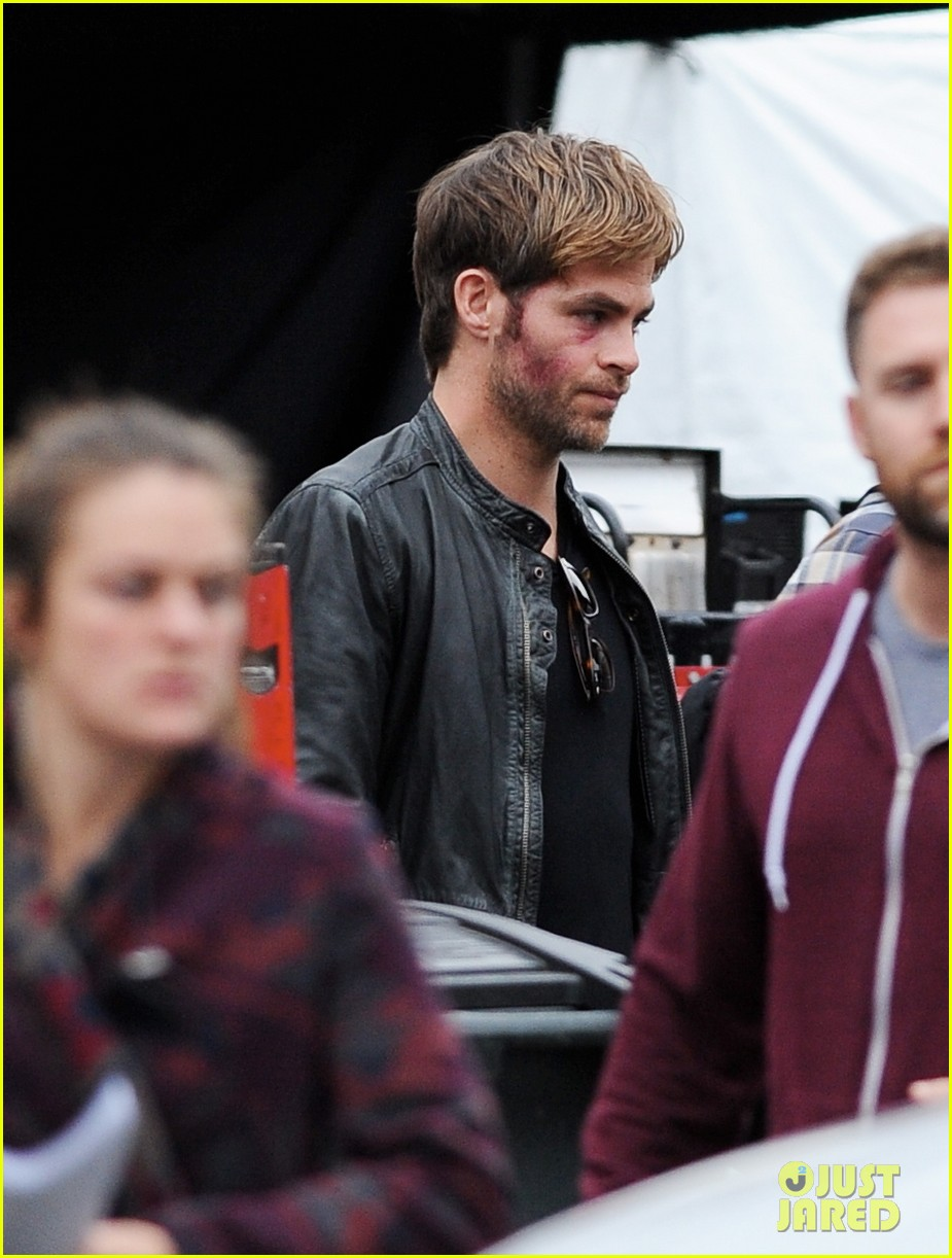 chris pine sports bruised bloodied face for horrible bosses 2 113004909