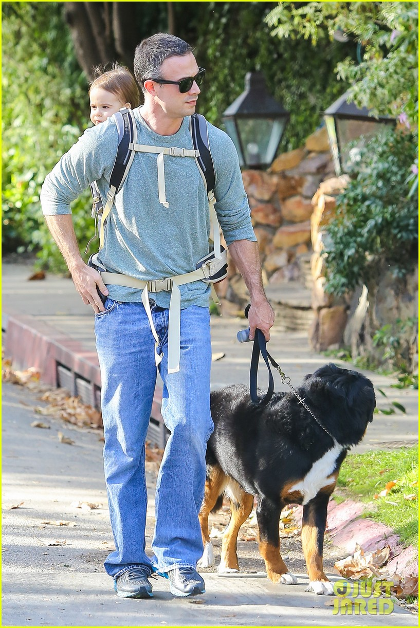 freddie prinze jr walks the dog with son rocky 013012852