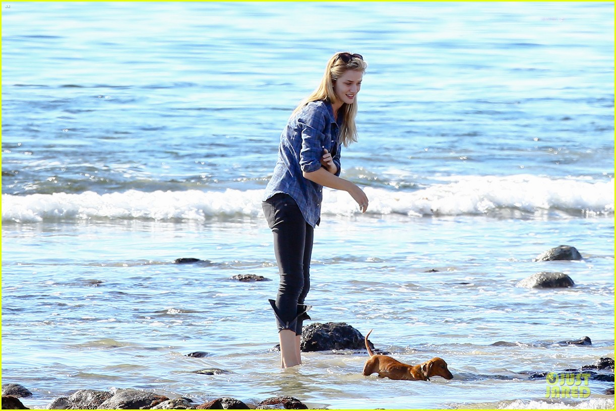 rosie huntington whiteley malibu beach with jason statham 083018635
