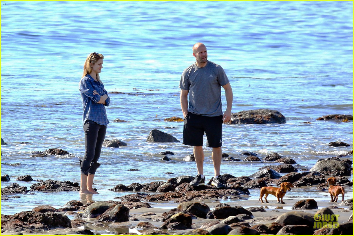 rosie huntington whiteley malibu beach with jason statham 23