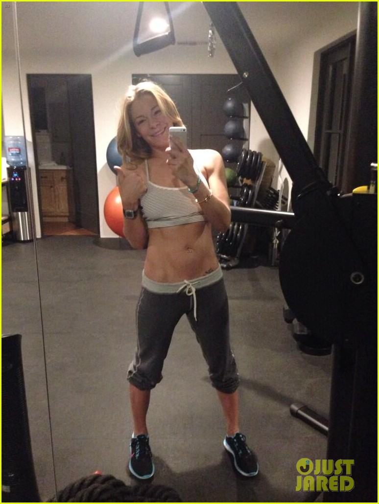 leann rimes shows toned abs at her 5am workout 02