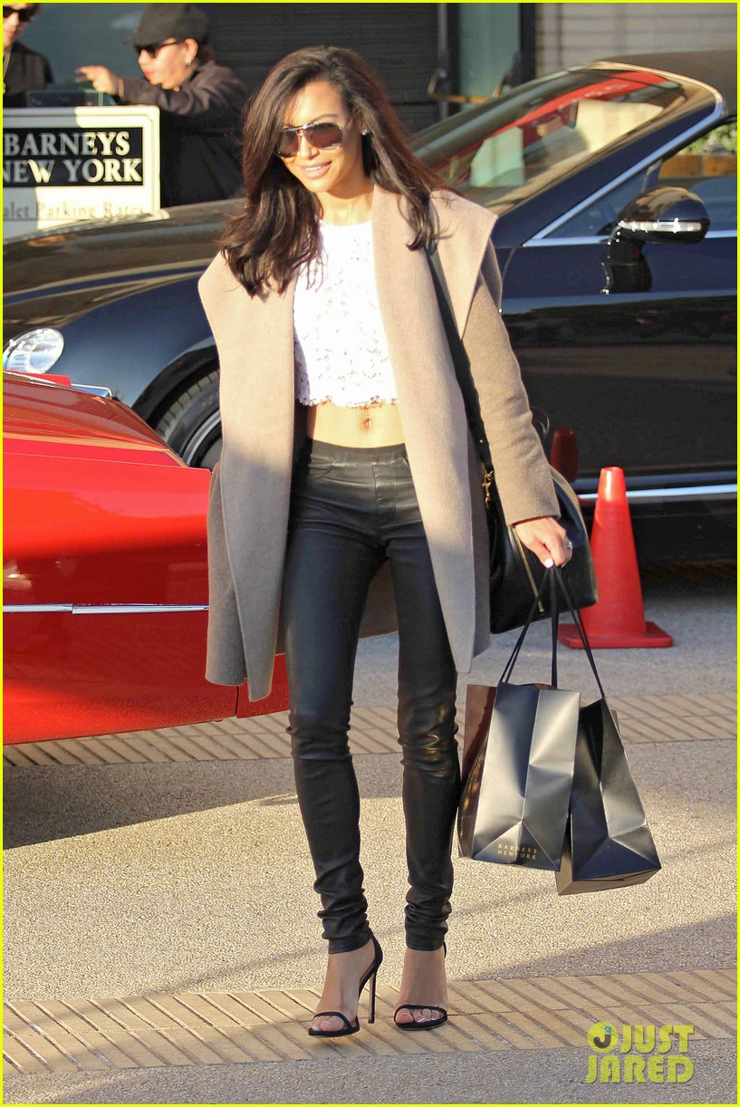 naya rivera bares amazing toned abs for holiday shopping 023016404