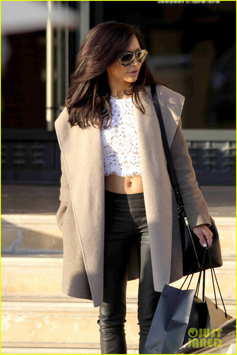naya rivera bares amazing toned abs for holiday shopping 033016405
