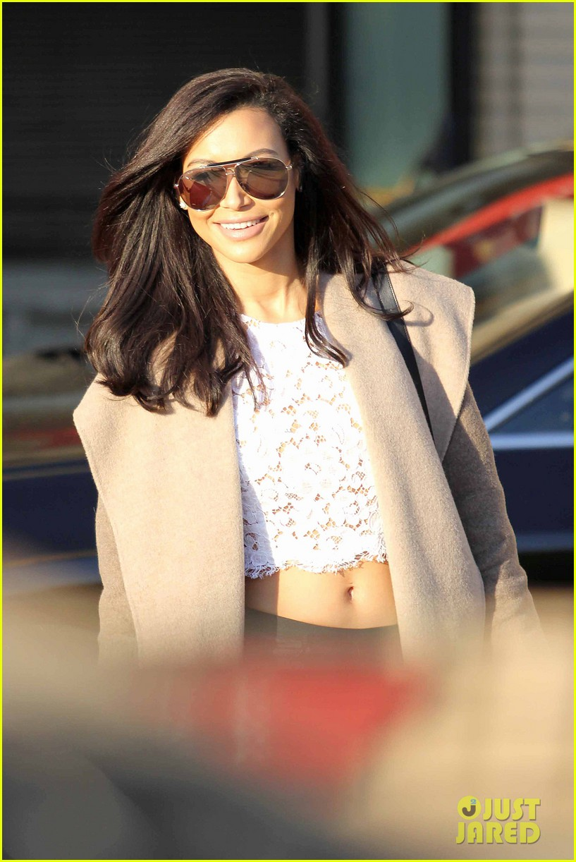 naya rivera bares amazing toned abs for holiday shopping 043016406