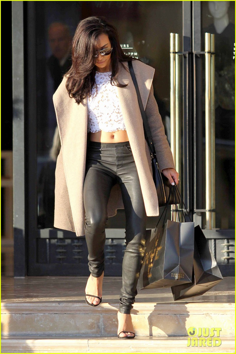 naya rivera bares amazing toned abs for holiday shopping 073016409