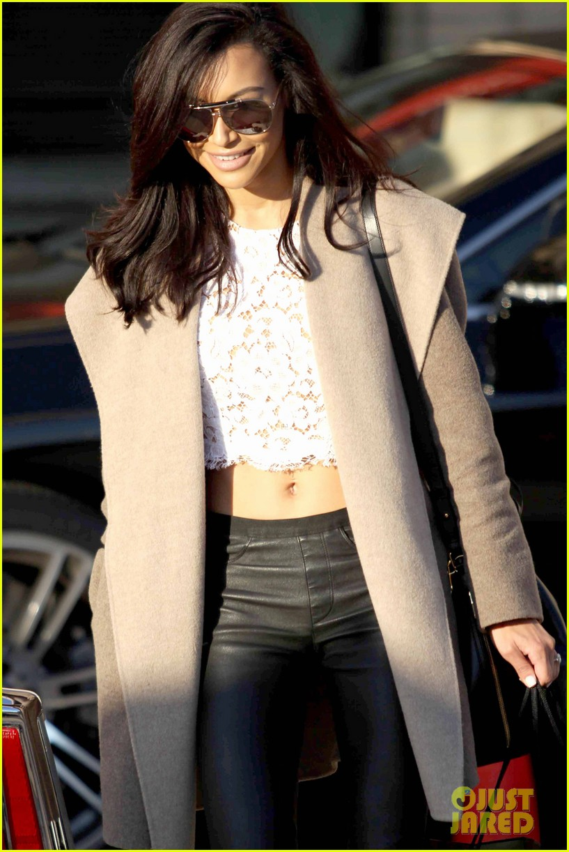 naya rivera bares amazing toned abs for holiday shopping 093016411