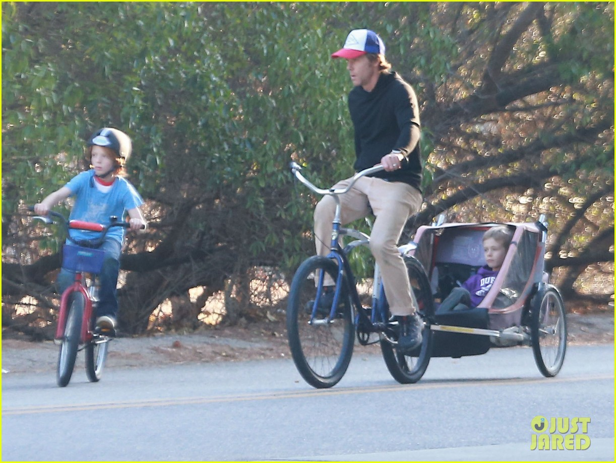 julia roberts family bike ride with the kids 073016433