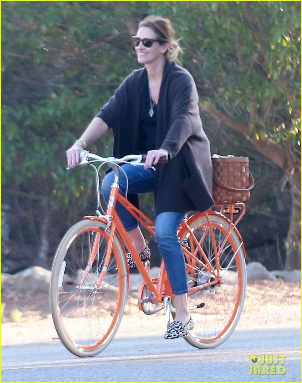 julia roberts family bike ride with the kids 163016442