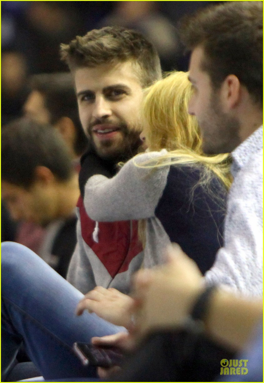 shakira courtside at barcelona basketball game 06