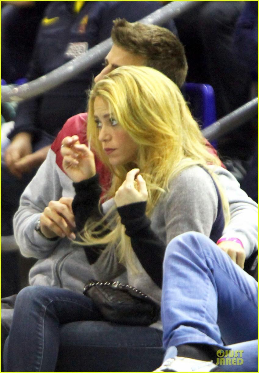 shakira courtside at barcelona basketball game 073002515
