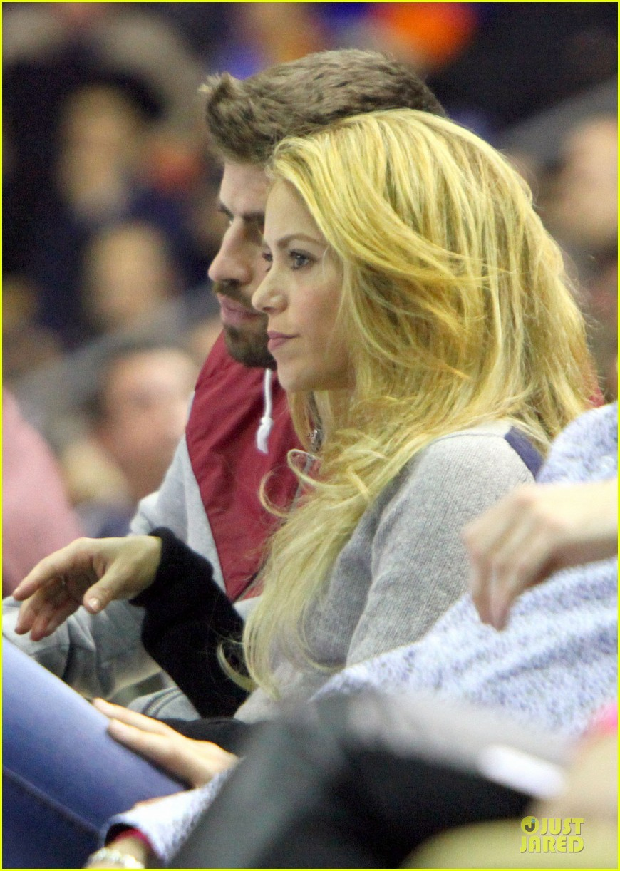 shakira courtside at barcelona basketball game 09