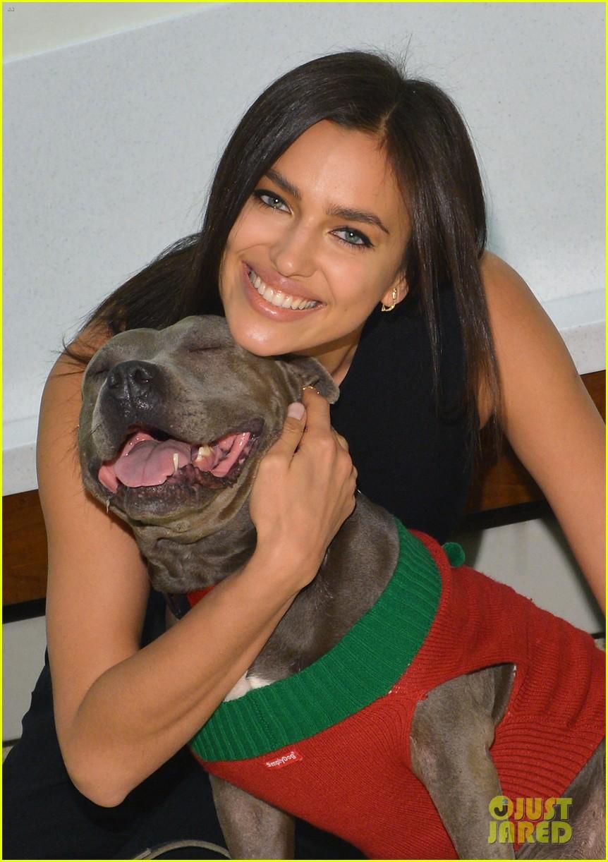 irina shayk meets adorable pitbull dog at aspca event 023009522