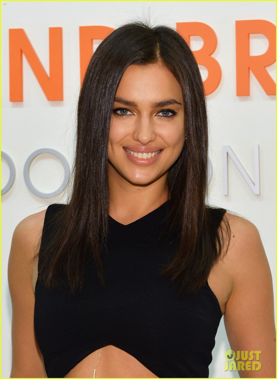 irina shayk meets adorable pitbull dog at aspca event 043009524