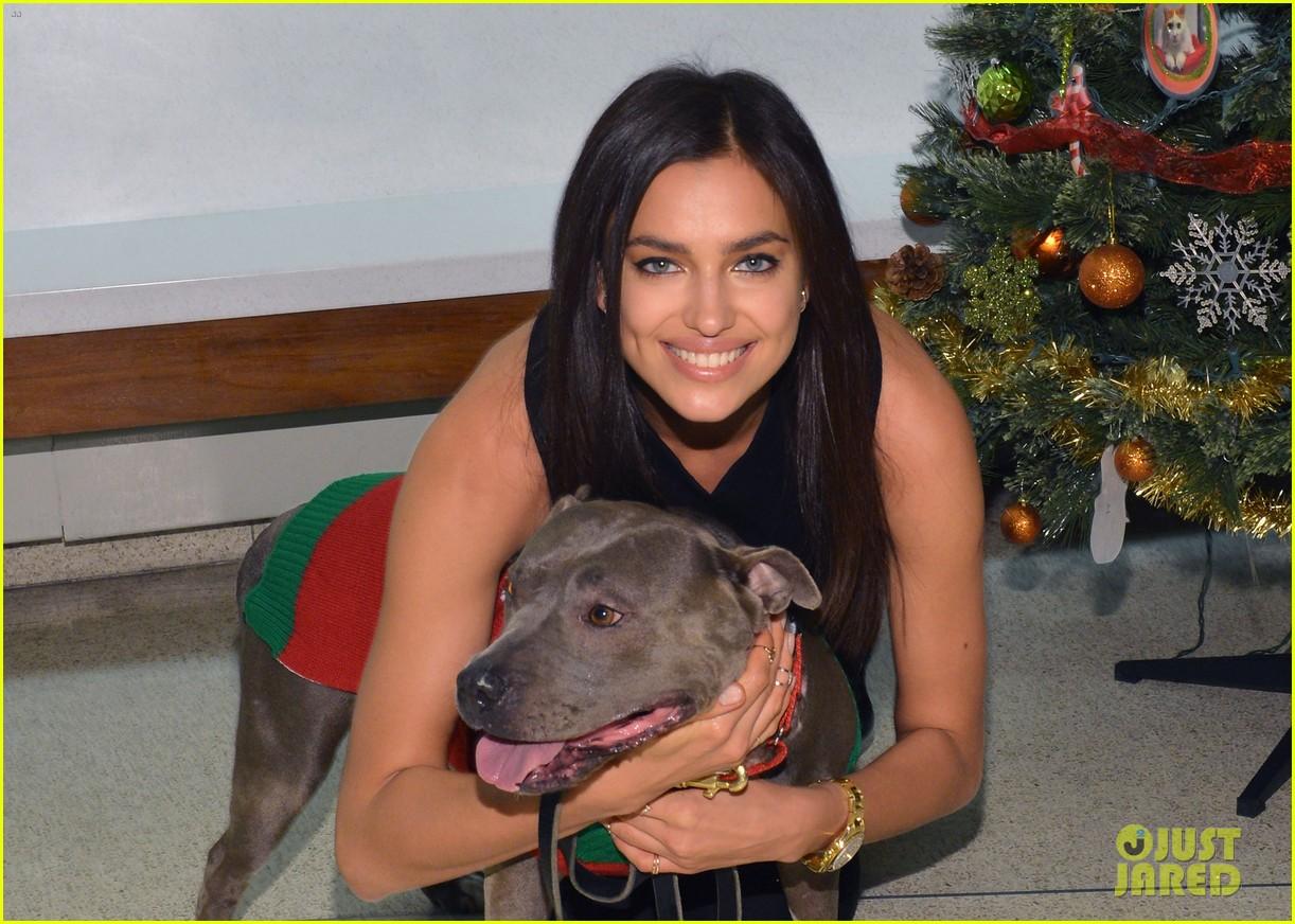 irina shayk meets adorable pitbull dog at aspca event 08
