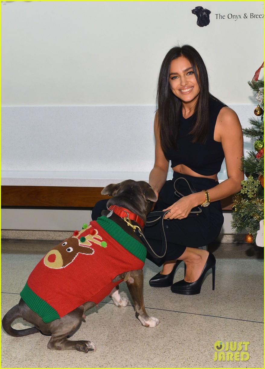 irina shayk meets adorable pitbull dog at aspca event 103009530