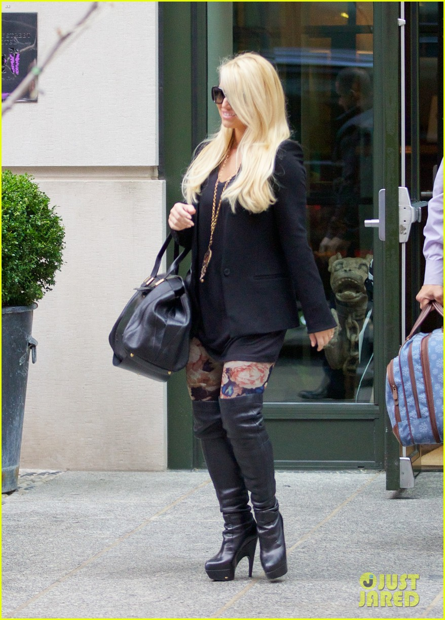 jessica simpson look at all moms as superheroes 033006073