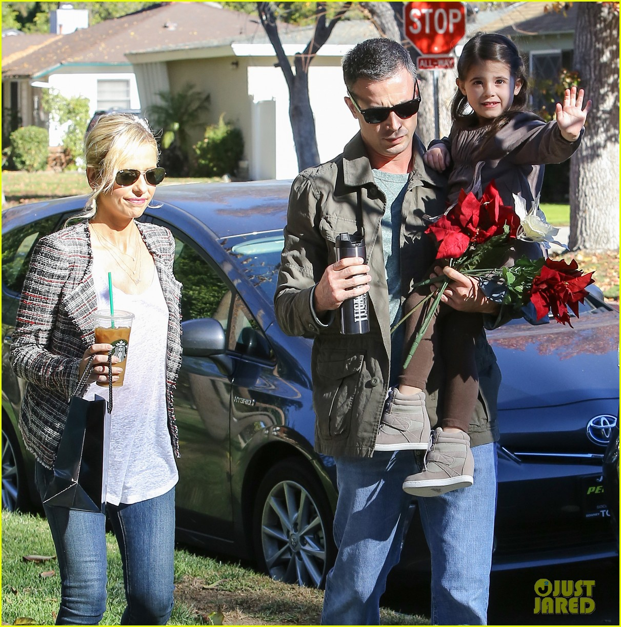 sarah michelle gellar freddie prinze jr christmas party with charlotte 023012412