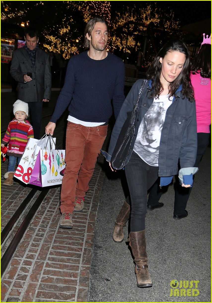 scott speedman girlfriend camille de pazzis holiday shopping 043005309