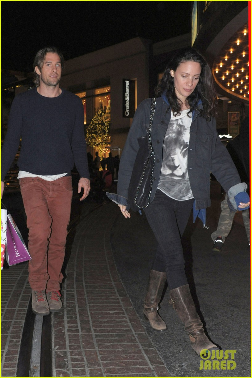 scott speedman girlfriend camille de pazzis holiday shopping 053005310