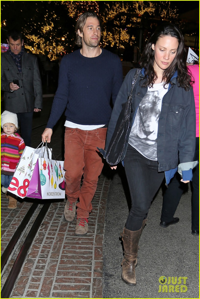scott speedman girlfriend camille de pazzis holiday shopping 073005312