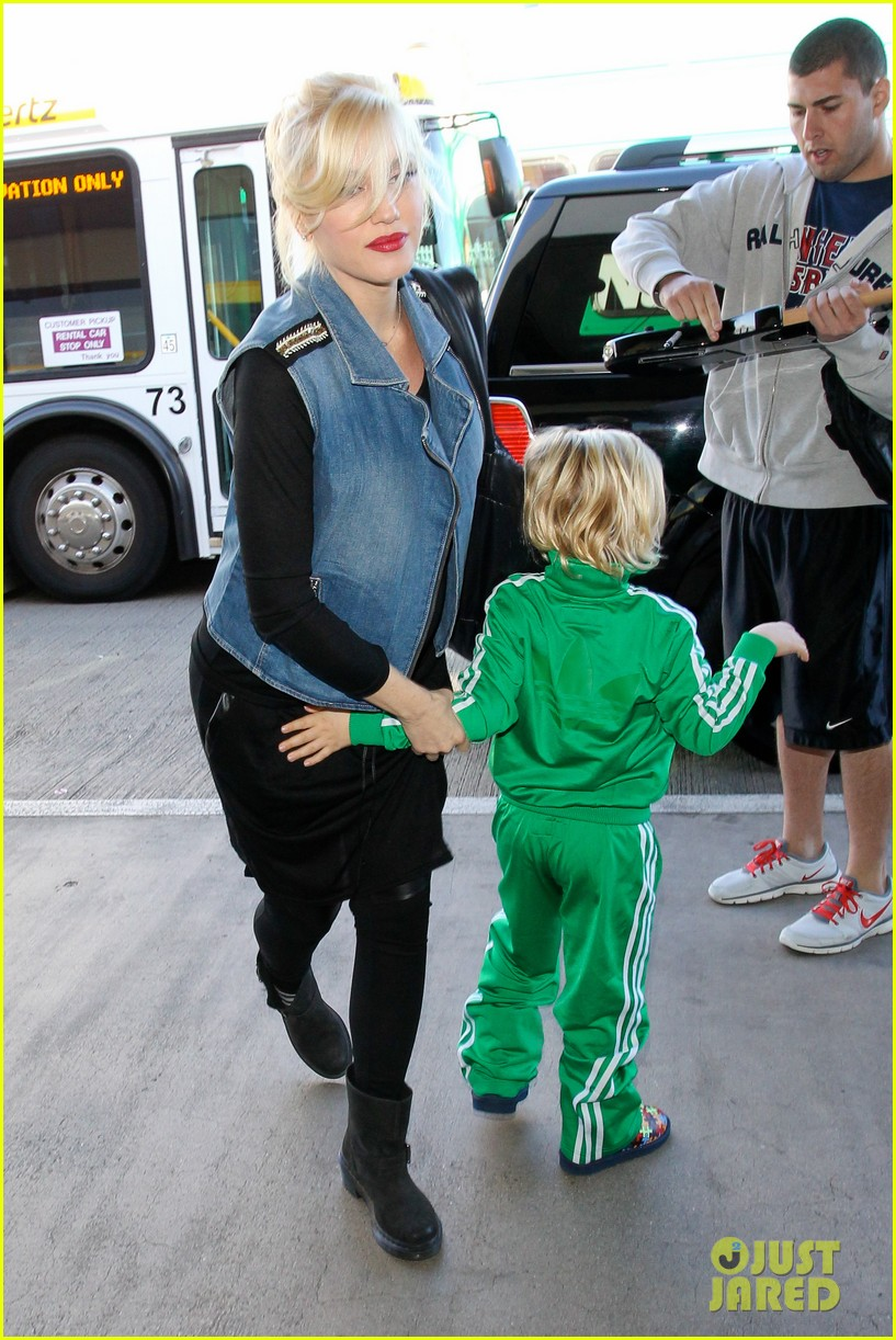 gwen stefanis sons kingston zuma wear matching green track suits 08