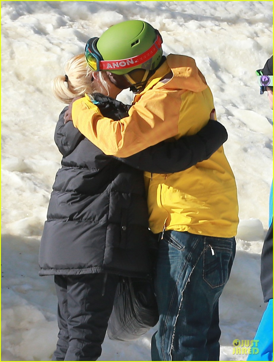 gwen stefani seal warm hug in snowy mammoth 02