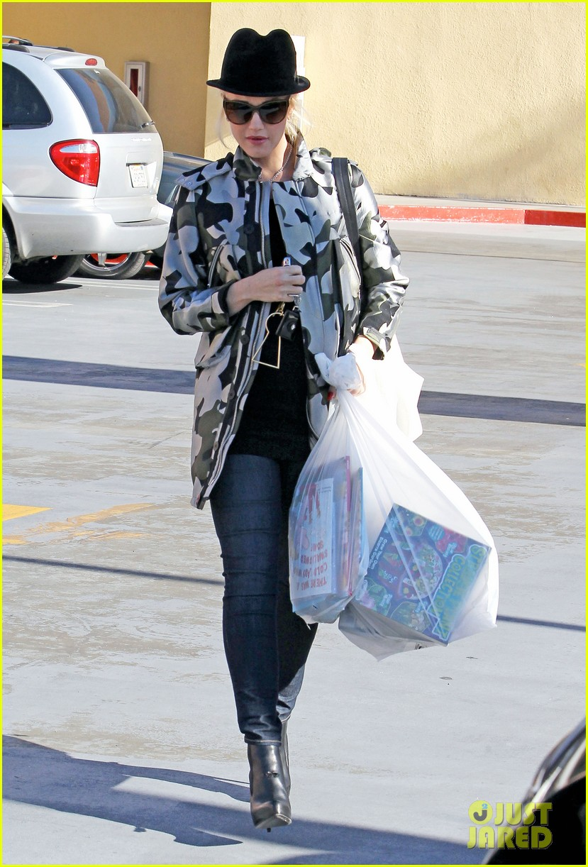 gwen stefani shops toys books to prep for holidays 013010718
