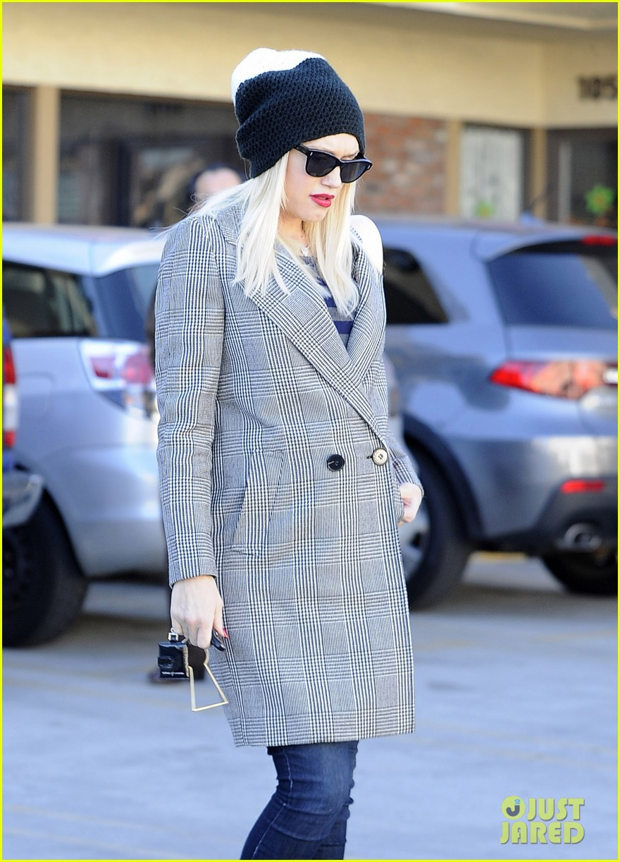 gwen stefani shops toys books to prep for holidays 043010721