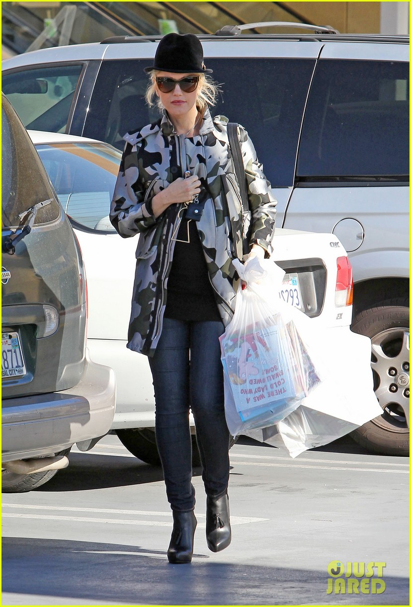 gwen stefani shops toys books to prep for holidays 053010722