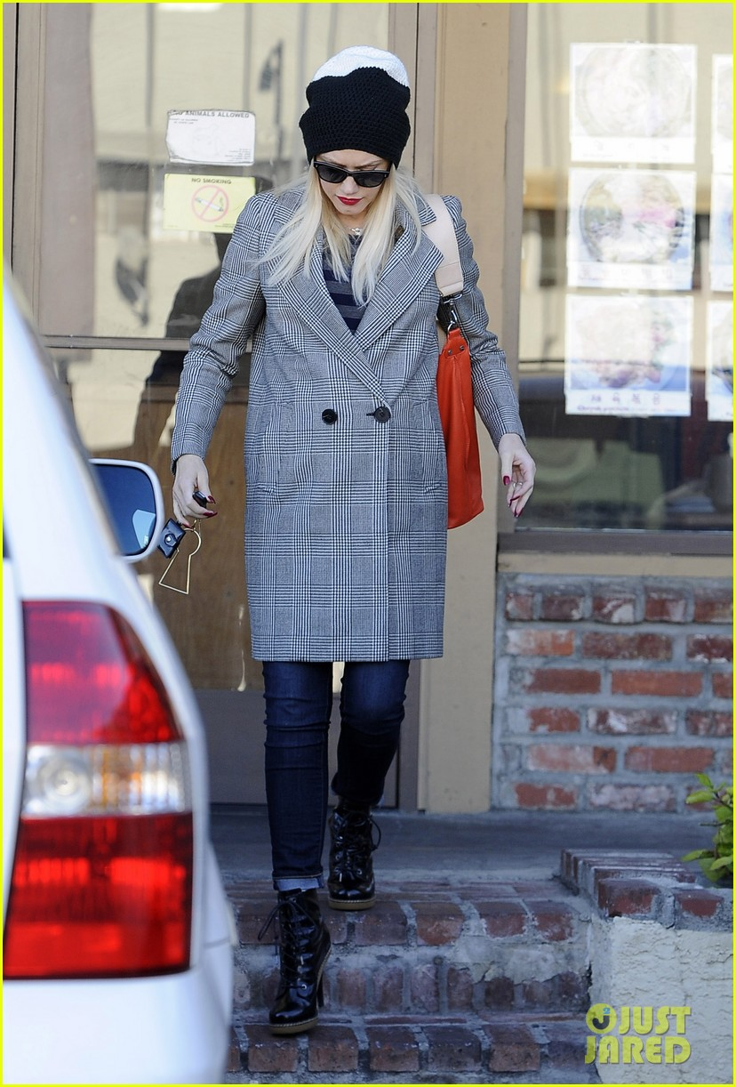 gwen stefani shops toys books to prep for holidays 073010724
