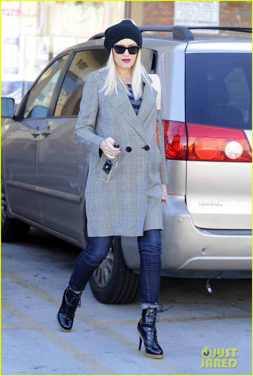 gwen stefani shops toys books to prep for holidays 083010725