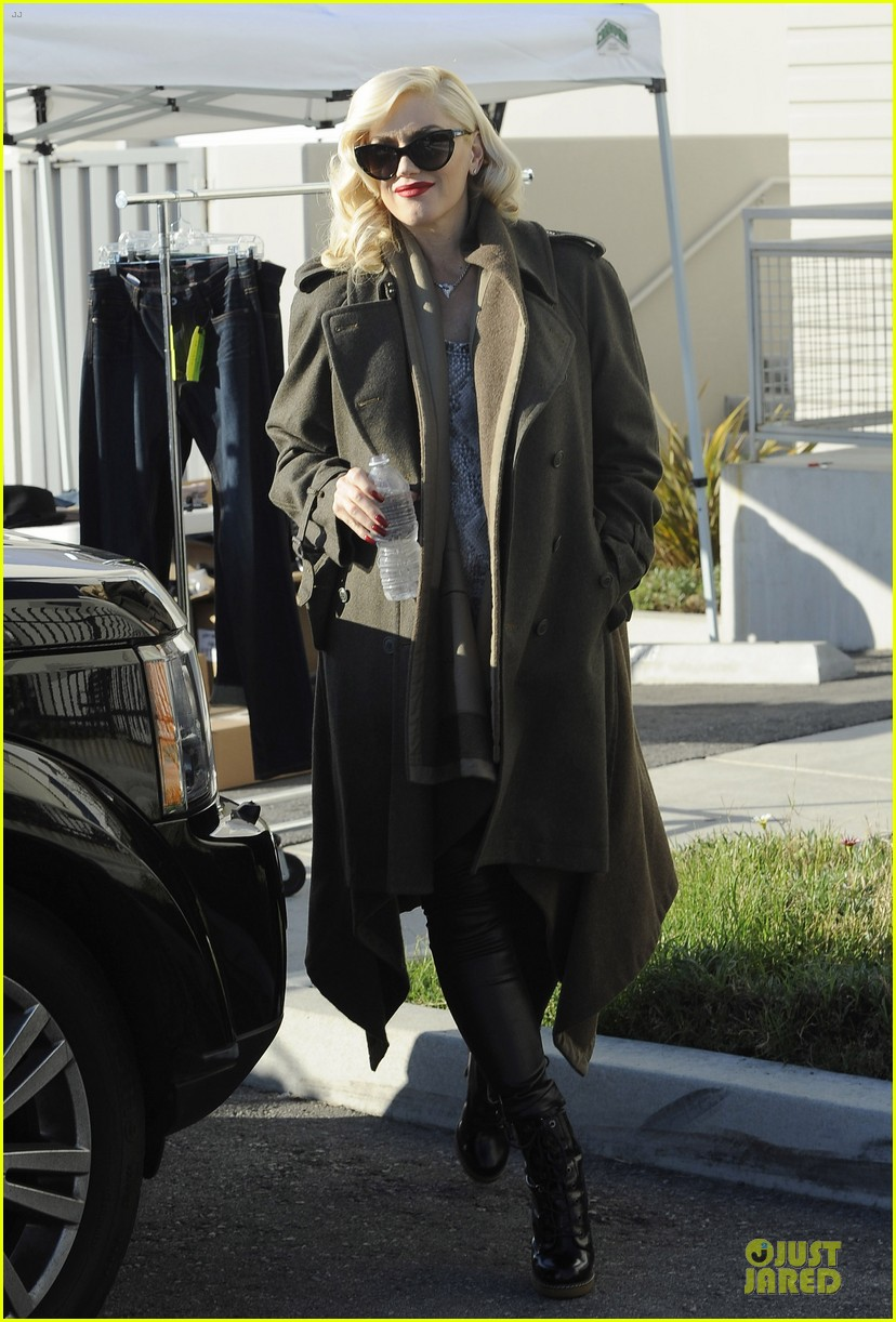 gwen stefani hides baby bump with wool coat 033015723