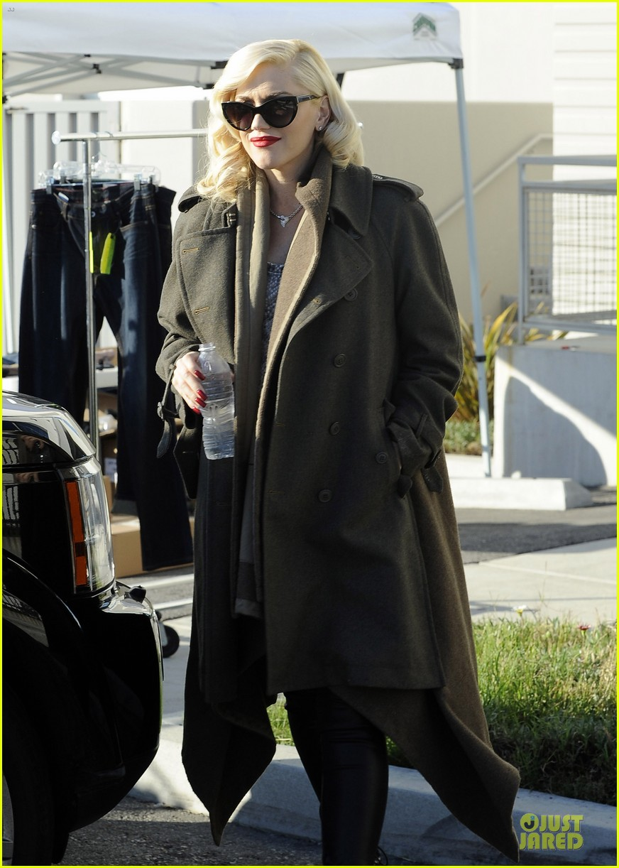 gwen stefani hides baby bump with wool coat 07
