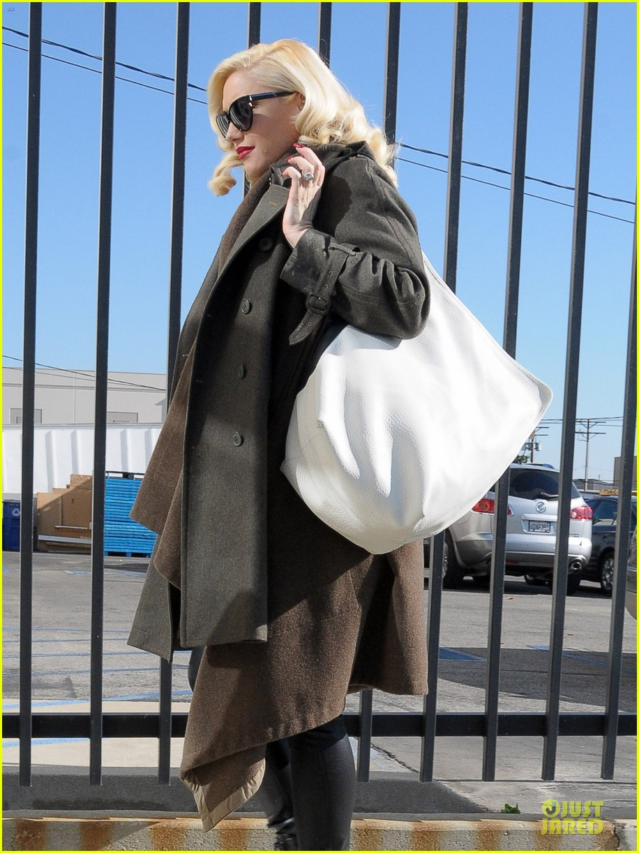 gwen stefani hides baby bump with wool coat 10